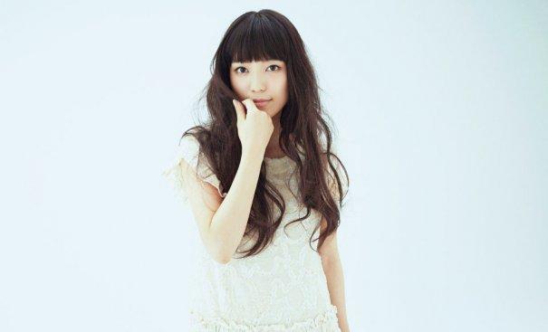 白いレースがあしらわれたワンピースを着て微笑む歌手・miwa